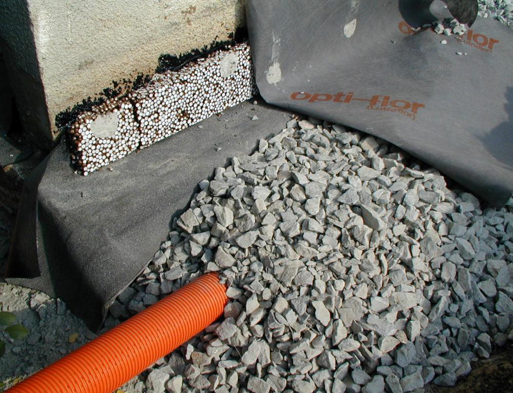Uložení drenážní trubky – odvodnění panel. domu